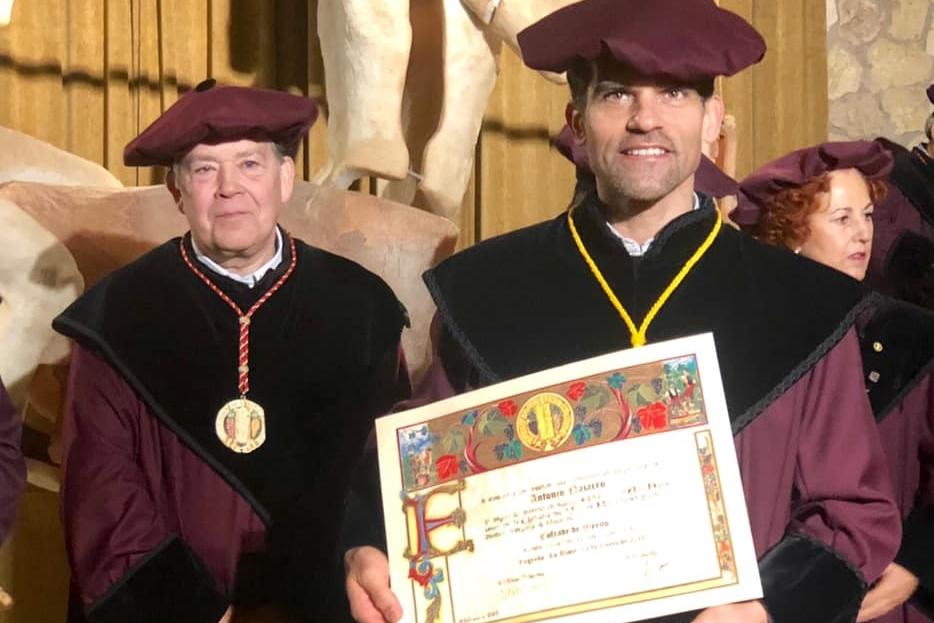 Foto de Antonio Najarro investido como Cofrade de Mérito de La Rioja
