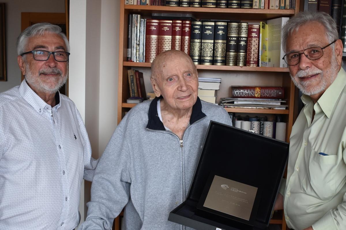 Foto de Alberto González Vergel recibe la distinción de Académico de Honor