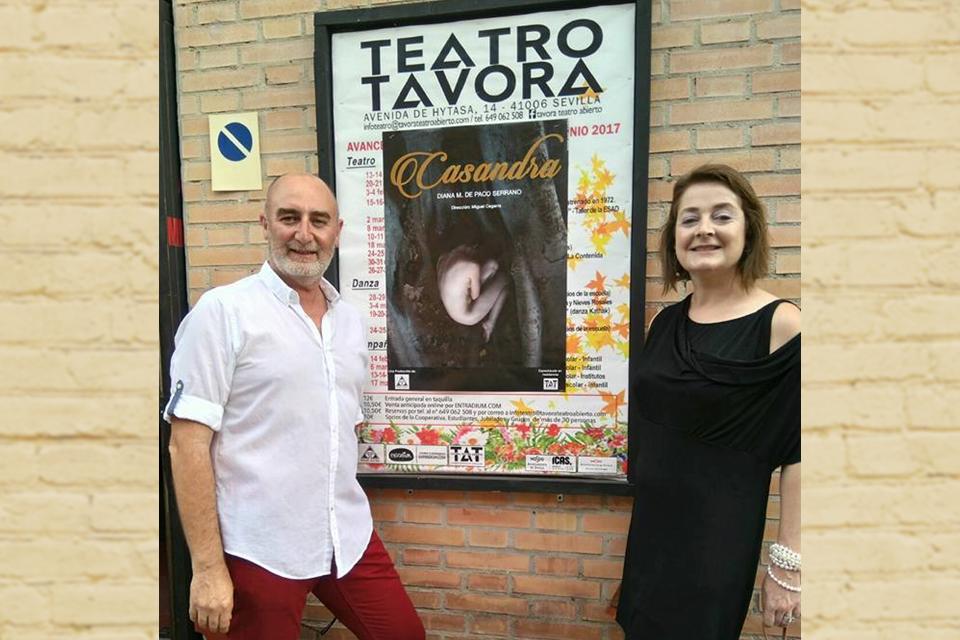 """Foto de Diana M. de Paco Serrano y Miguel Cegarra premiados por """"Casandra"""""""