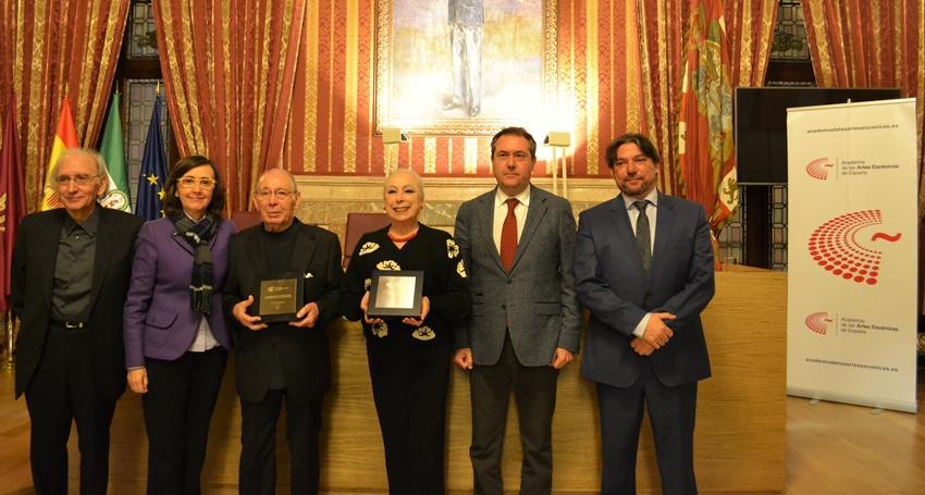 Foto de Cristina Hoyos  y Salvador Távora, Académicos de Honor
